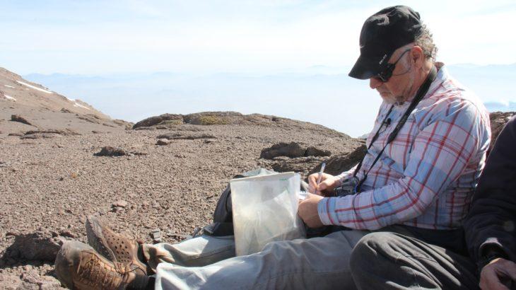 El Dr. Rubén Stehberg toma notas de los hallazgos de la Expedición.