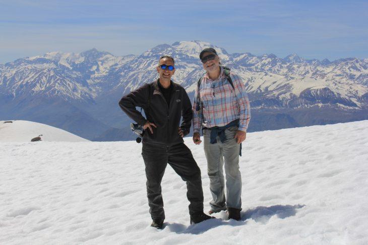 """El investigador y guía de la expedición, Alexis Lopez Tapia junto al Dr. Rubén Stehberg, en medio del """"Portezuelo del Inca"""", con el cerro El Plomo a sus espaldas."""