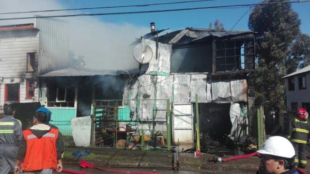 4 casas afectadas tras violento incendio en Castro