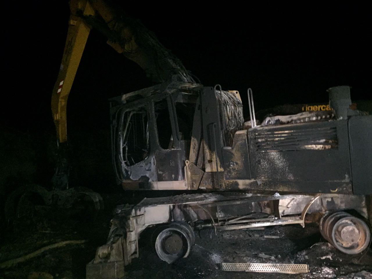 Encapuchados quemaron maquinaria forestal en ruta que une Victoria y Curacautín