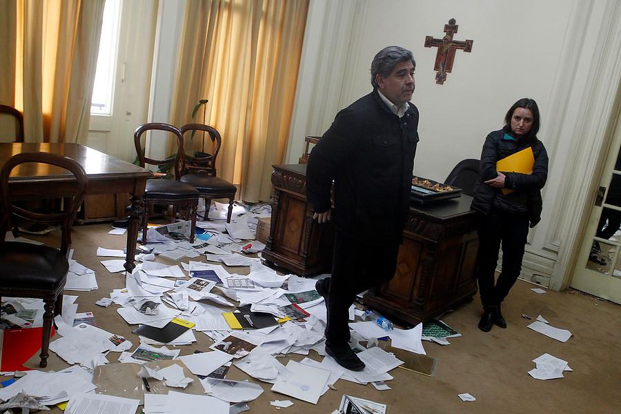 Destrozos en la oficina del rector de la UAH tras funa de estudiantes.