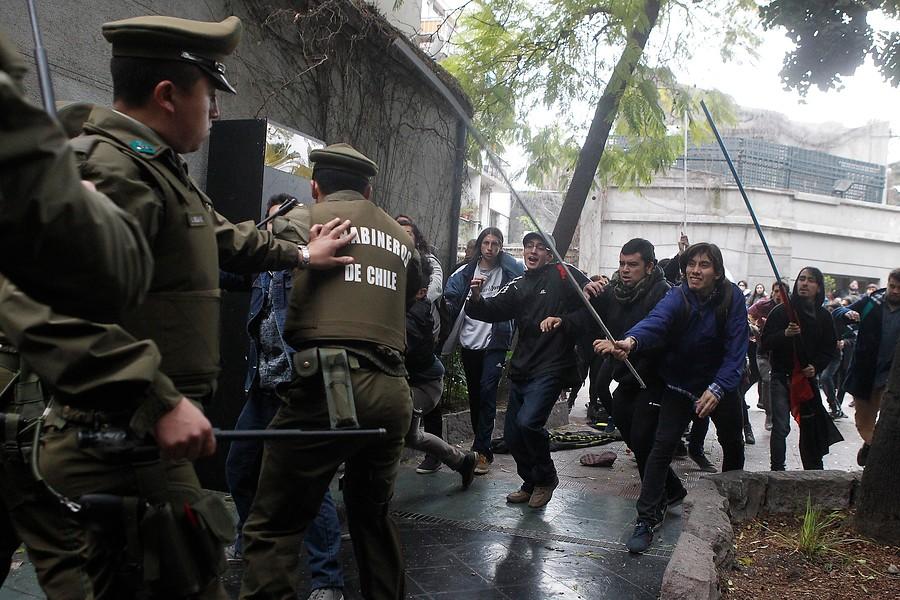 Enfrentamientos entre estudiantes y Carabineros en el patio de la universidad.