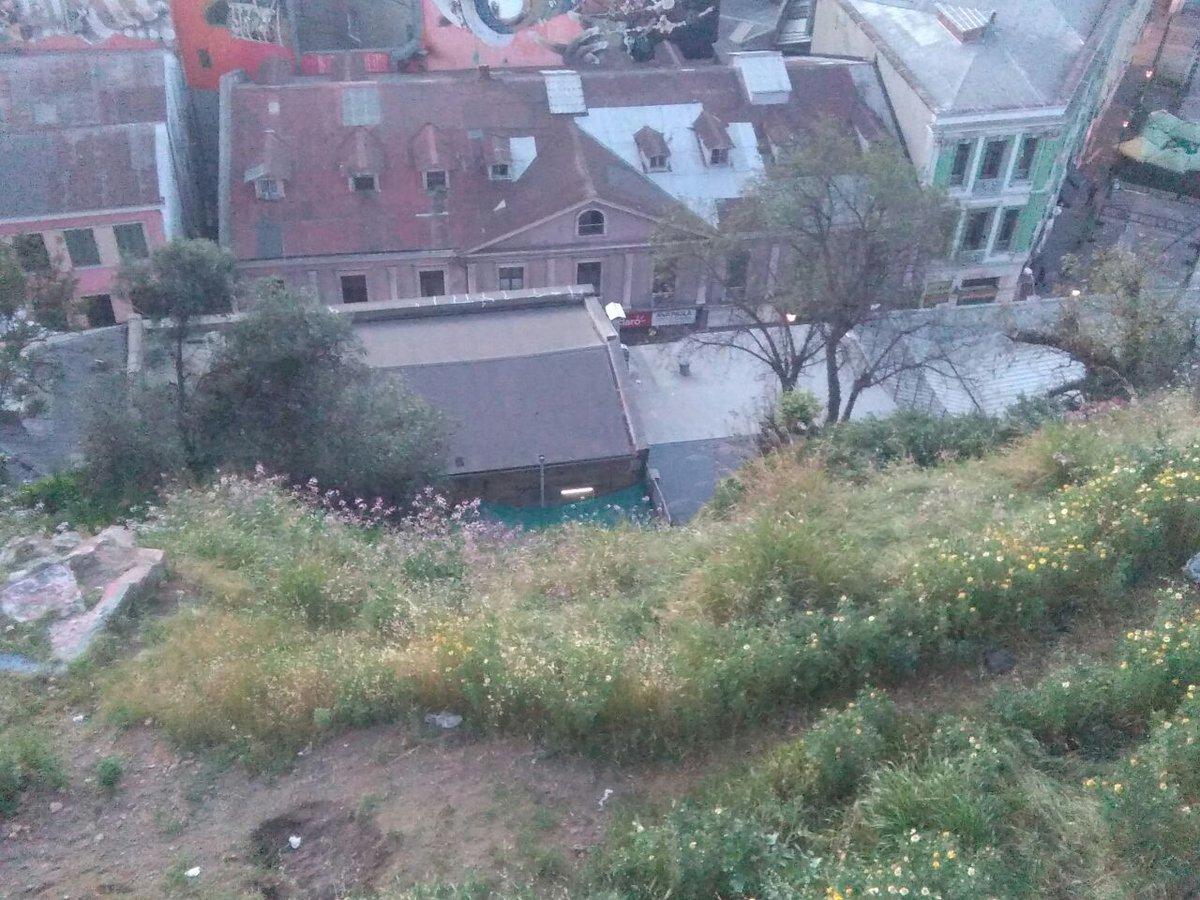 Imagen de Paseo Atkinson  y techumbre de edificio donde cayó la mujer
