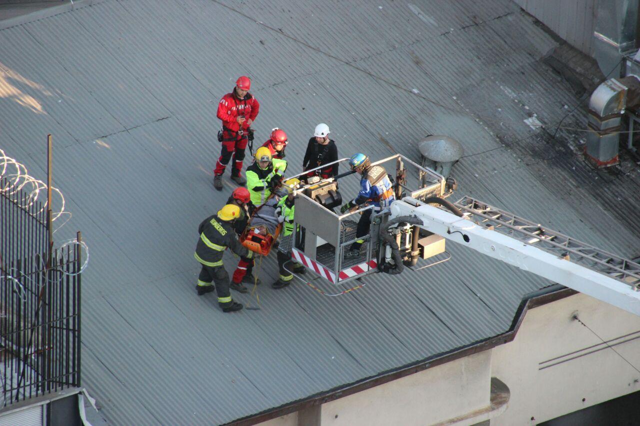 Rescate de mujer desde techo de edificio tras caída desde Paseo Atkinson