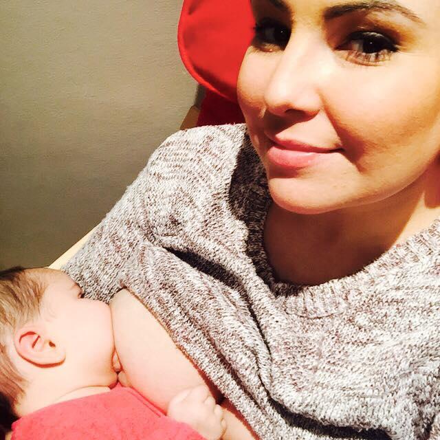 Joven madre llama a amar los cuerpos post embarazos