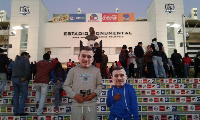 Los primos de Charles Aránguiz asistieron al Monumental con una simpática máscara del volante de Bayer Leverkusen