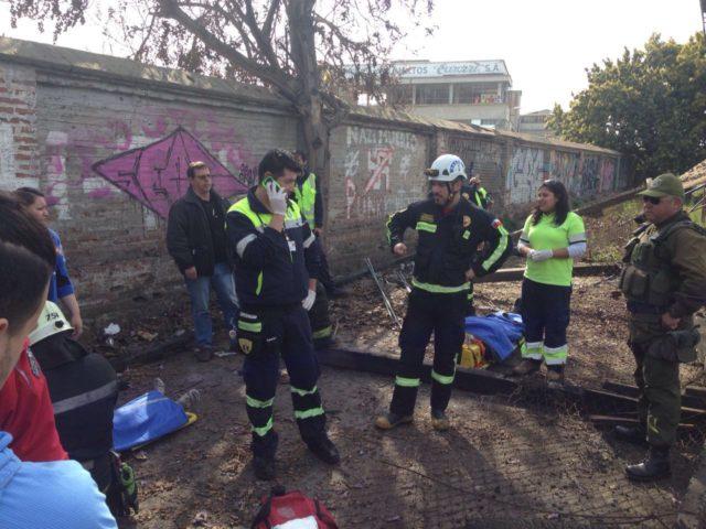 Personal de emergencia realiza rescate a víctimas de caída en un galpón de Quilpué