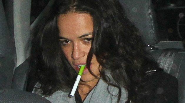 Michelle Rodriguez fumando e-cigarrette