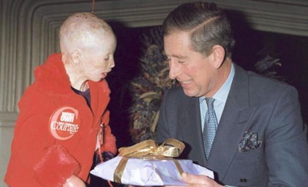 Terri junto al príncipe Charles en 2001 | The Daily Mail