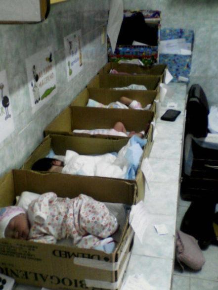 Bebés en una caja en un hospital venezolano