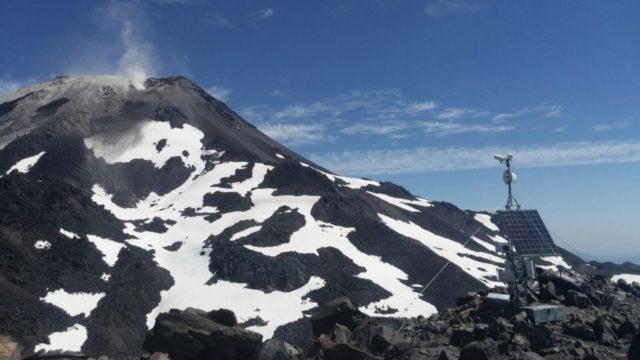 Vista de la estructura que sostiene el dispositivo de vigilancia de los Nevados de Chillán