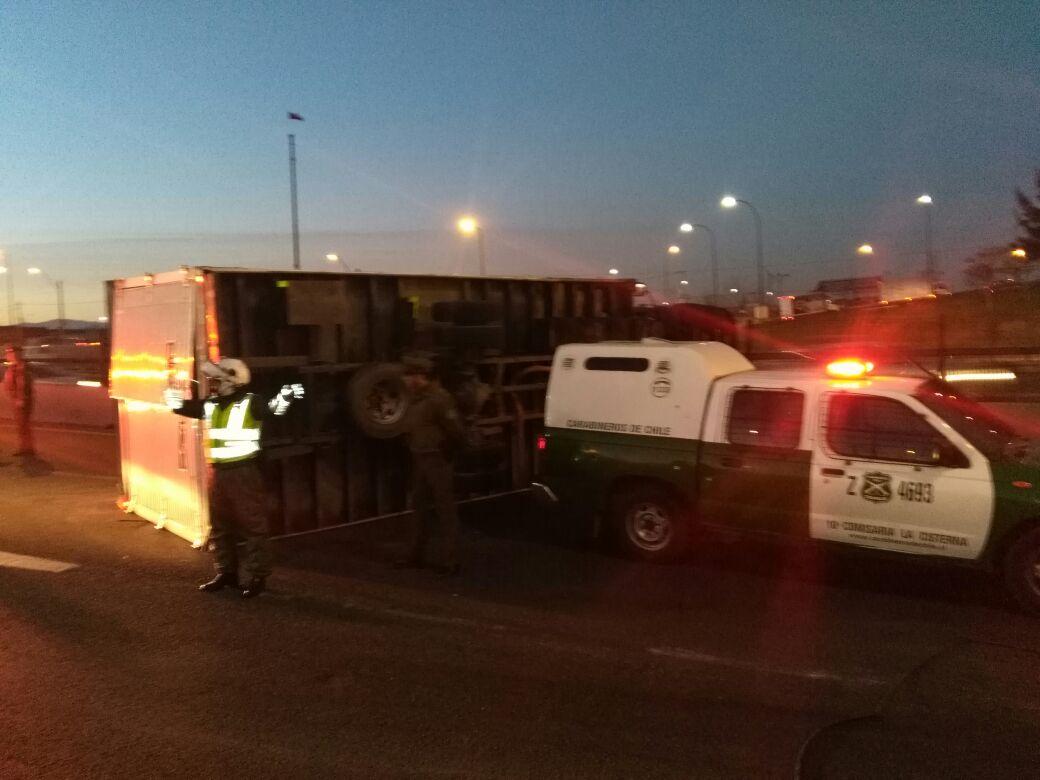 El camión volcó en la caletera interrumpiendo el normal tránsito por el lugar