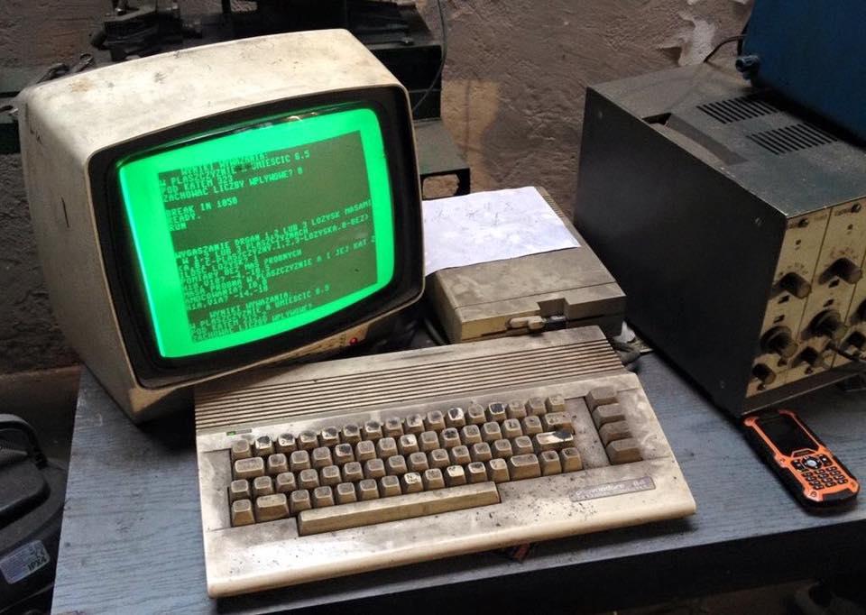 Commodore 64 aún en uso después de 25 años en un taller mecánico de Polonia.