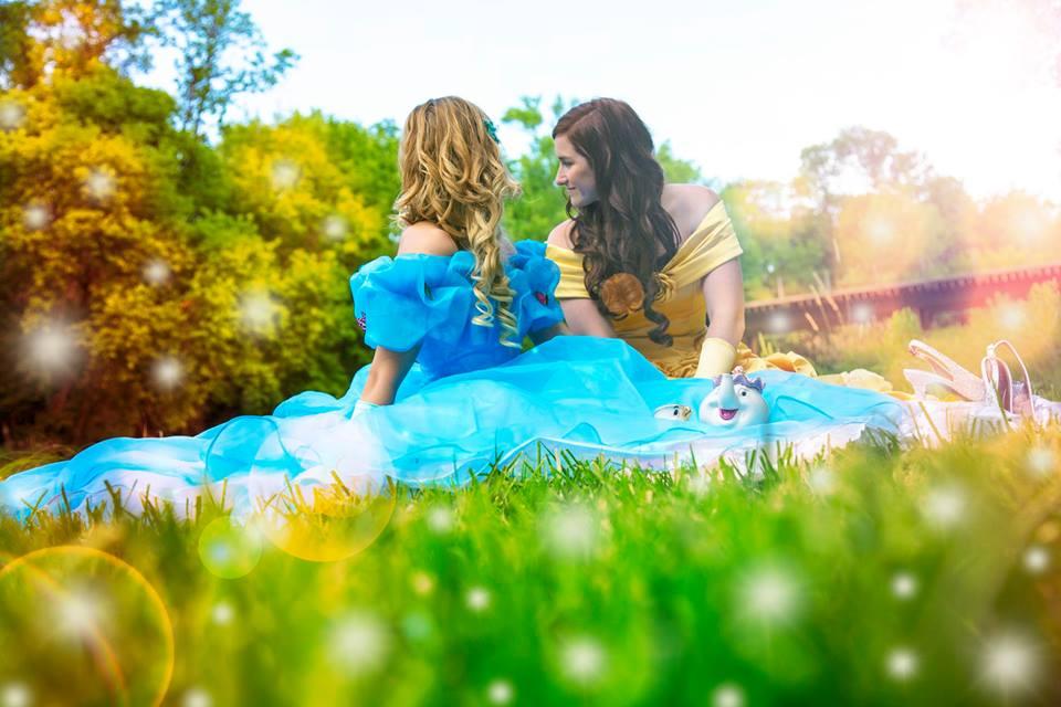 Pareja de novias convierte su compromiso en un cuento de hadas moderno