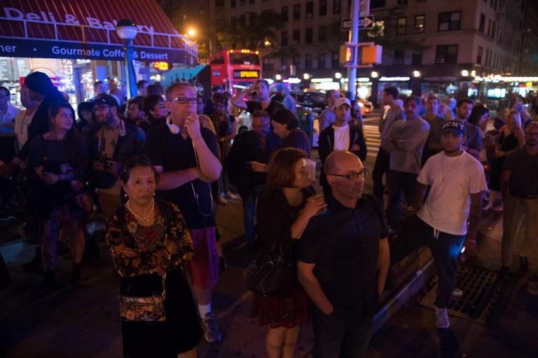 EXPLOSIÓN EN NUEVA YORK: gente mirando el trabajo del personal de emergencias