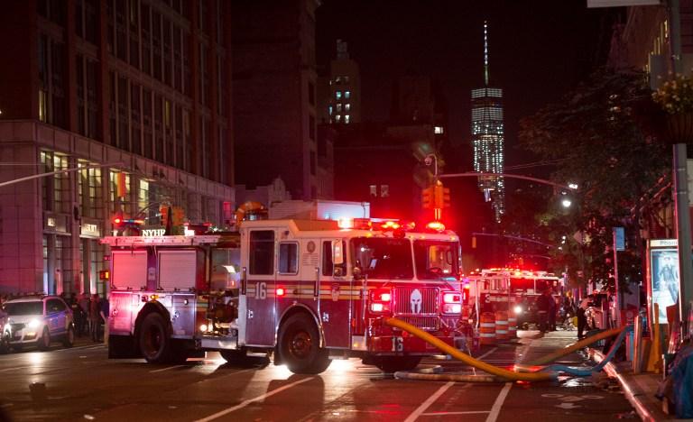 Bomberos trabajan en el lugar de una explosión en Nueva York.