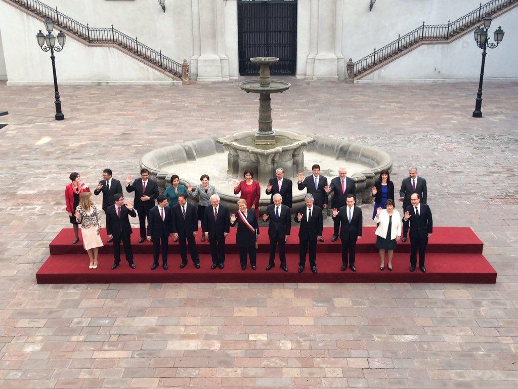 Foto oficial de Michelle Bachelet y su gabinete en La Moneda.