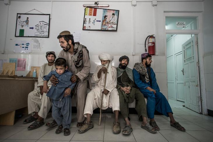 Hombres y niños se encuentran en la sala de emergencias del hospital de Boost, en Lashkar Gah, Helmand, Afghanistán ©Kadir van Lohuizen/Noor
