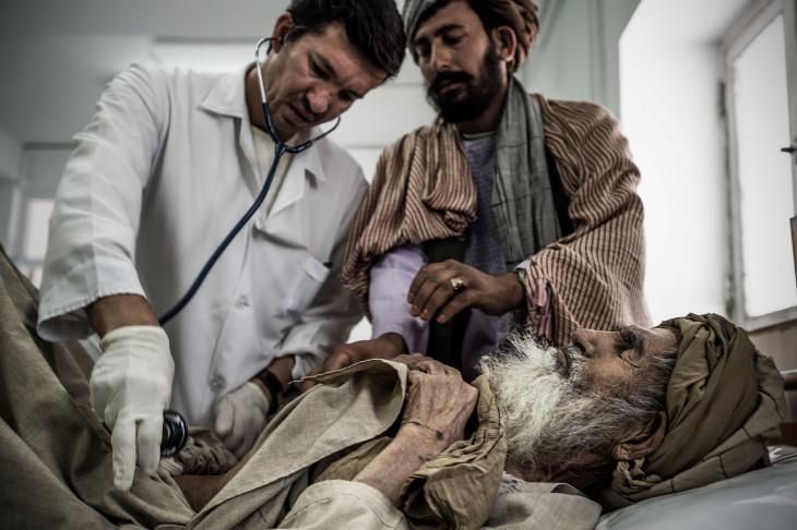 El Dr. Dr Farid examina a un paciente en la sala de emergencia del hospital de Boost, en Lashkar Gah, Helmand, Afganistán (Foto: Kadir van Lohuizen/Noor)