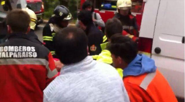Bomberos rescatan a lesionados tras colisión de dos vehículos en la ruta entre Valparaíso y Laguna Verde