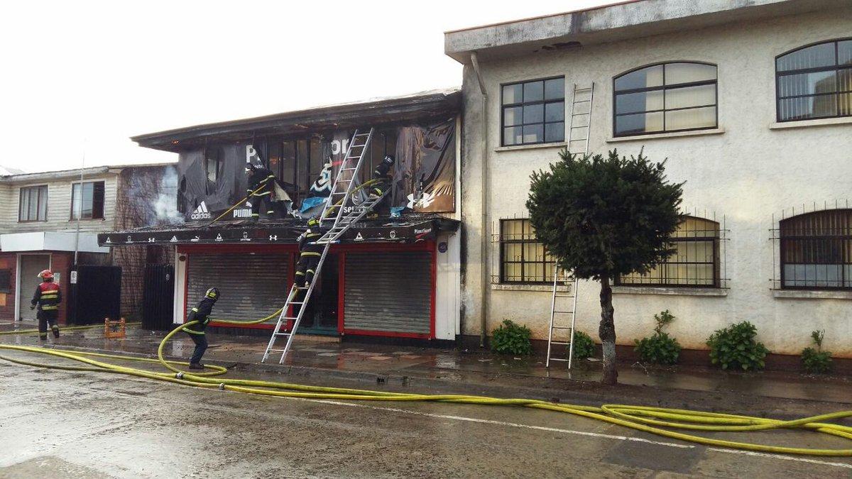 Bomberos controla incendio que afectó a inmuebles en sector céntrico de Cañete