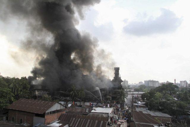 Bomberos de Bangladés combaten dantesco incendio de una fábrica.