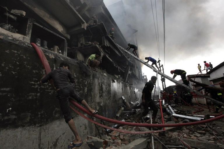 Arduo combate de incendio y rescate de víctimas en una fábrica de Bangladés.