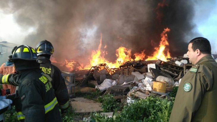 Incendio en san bernardo, centro de acopio no autorizado de madera y plástico