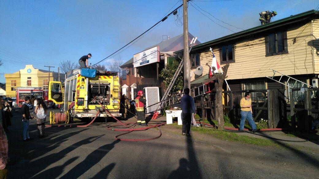 Bomberos de Temuco trabajando en incendio de vivienda donde falleció una adulta mayor.