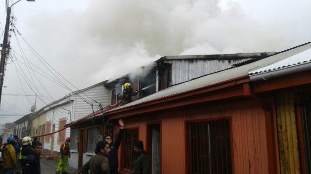 Incendio consume segundo piso de casa en Lota