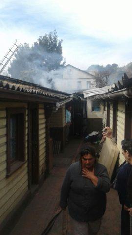 Bomberos apaga incendio en vivienda de Lota