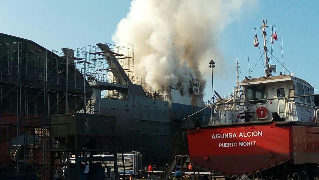 Incendio de embarcación en astilleros Marco del puerto de Iquique.