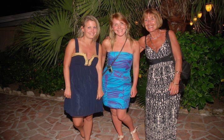 Las hermanas Katie y Lisa junto a su madre, Doreen Proud