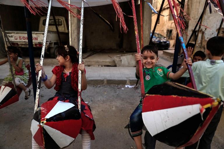 Niños juegan aprovechando la tregua en las calles de Siria.