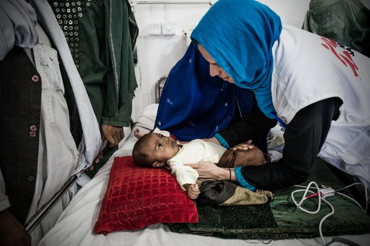 Hidiatullah, de siete meses, en el centro de nutrición terapéutica, está desnutrido. La familia huyó de su casa en Sangara debido a los combates y han tenido que desplazarse varias veces desde entonces. Como las condiciones de Hidiatullah empeoraron, ellos fueron al hospital ©Kadir van Lohuizen/Noor