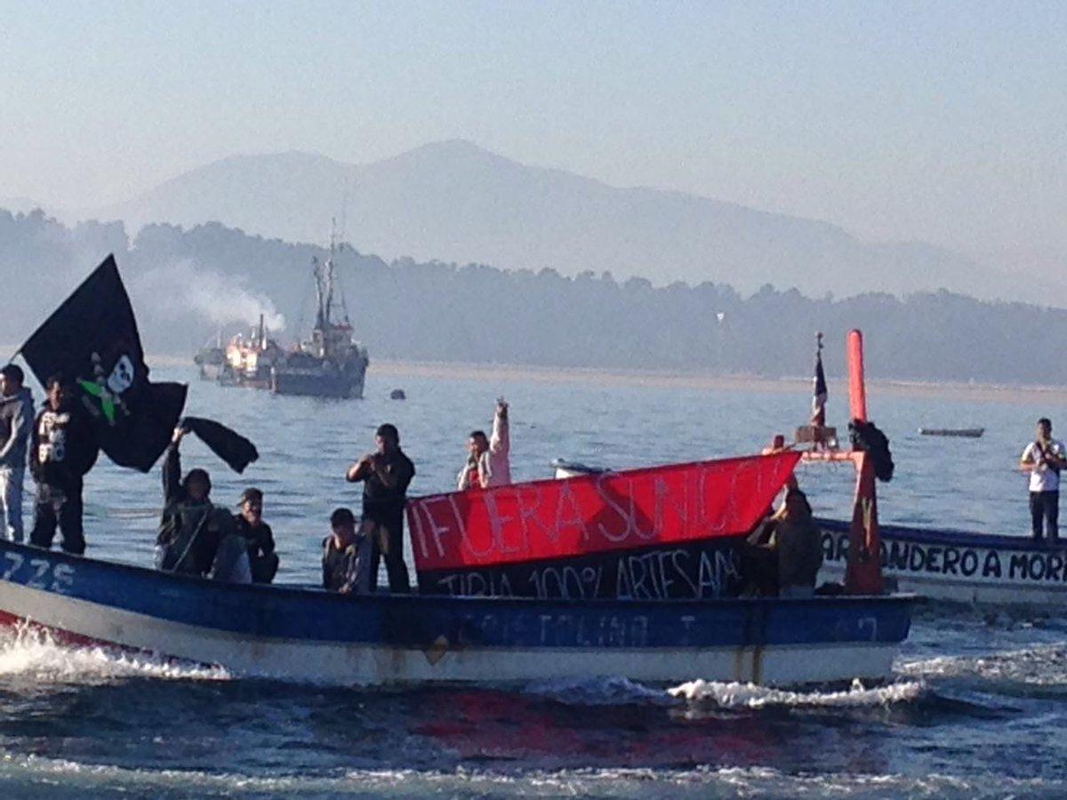 Pescadores artesanales realizan toma simbólica de bahía de Quintero