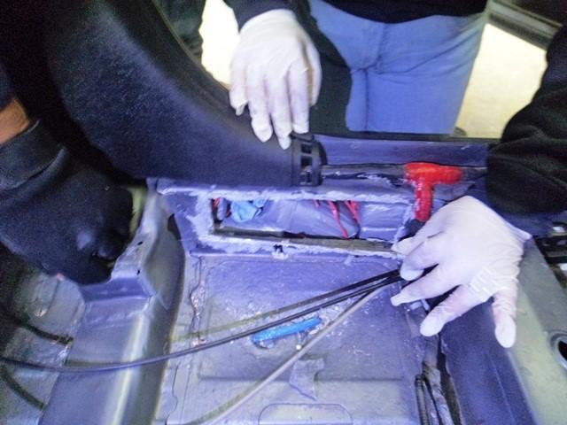 Interior del vehículo donde se escondía la droga.