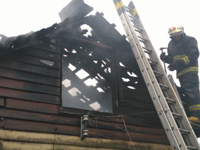Incendio consume vivienda de dos pisos en Osorno: 3 personas quedaron damnificadas