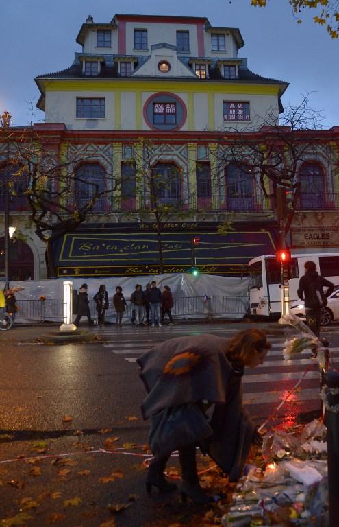 13 de noviembre: Una mujer deja flores en nombre de las víctimas del atentado, afuera del Bataclan