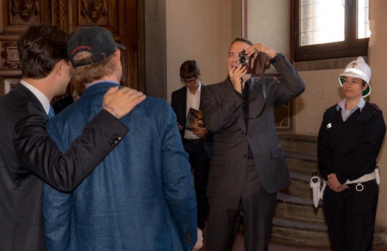 Tom Hanks toma una fotografía al alcalde de Florencia, Dario Nardella, y al director Ron Howard.