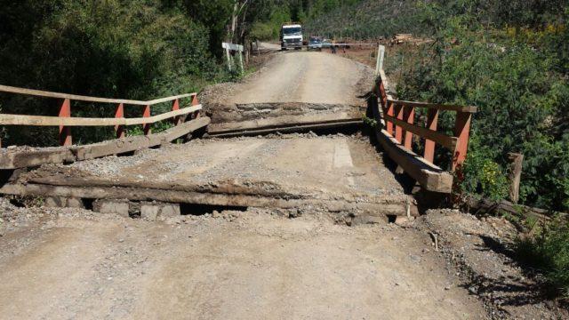 Camión con sobrepeso destruye puente en Malleco: tardarán 3 días en repararlo