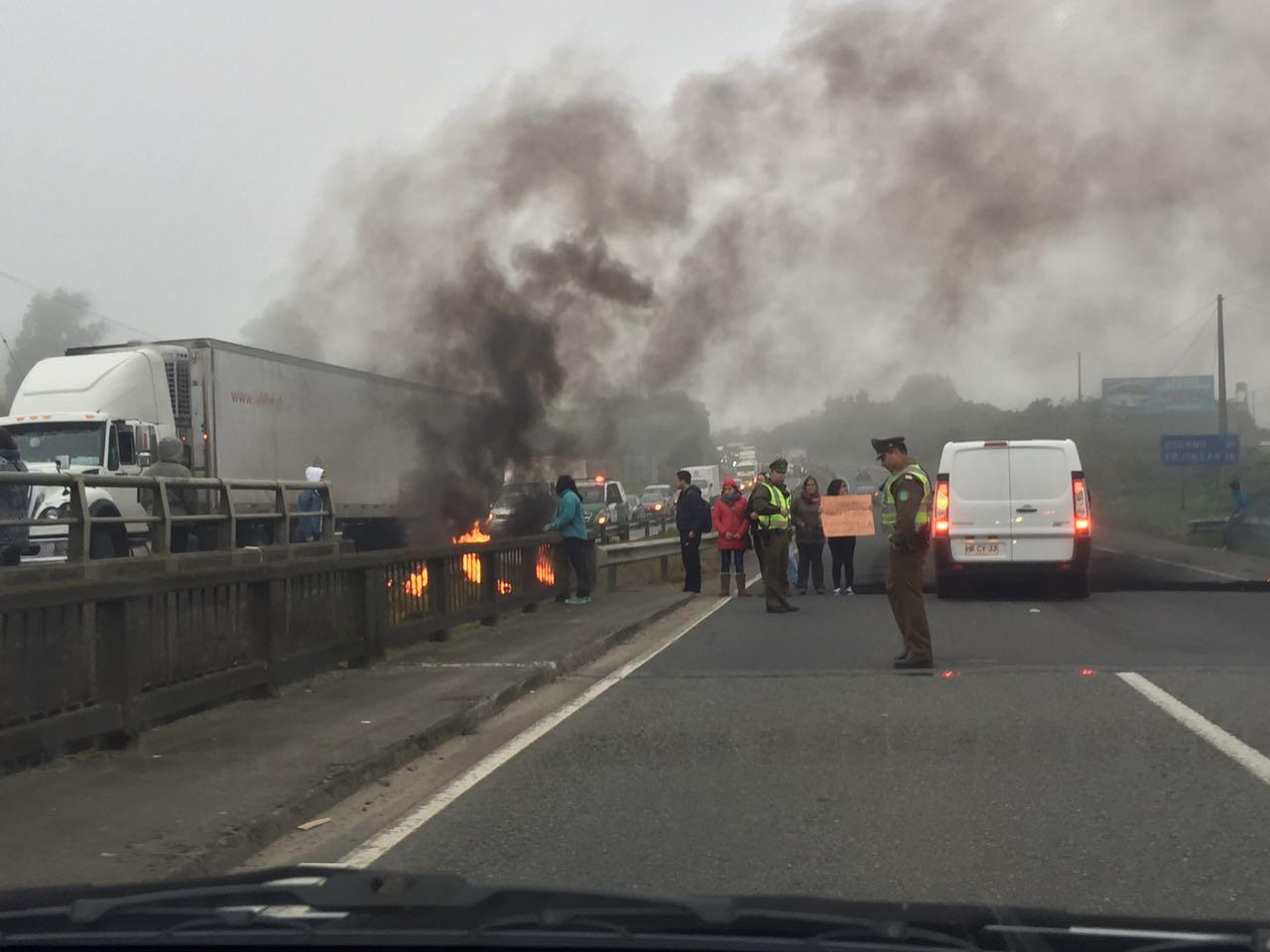 Funcionarios públicos realizan bloqueo de ruta en Llanquihue