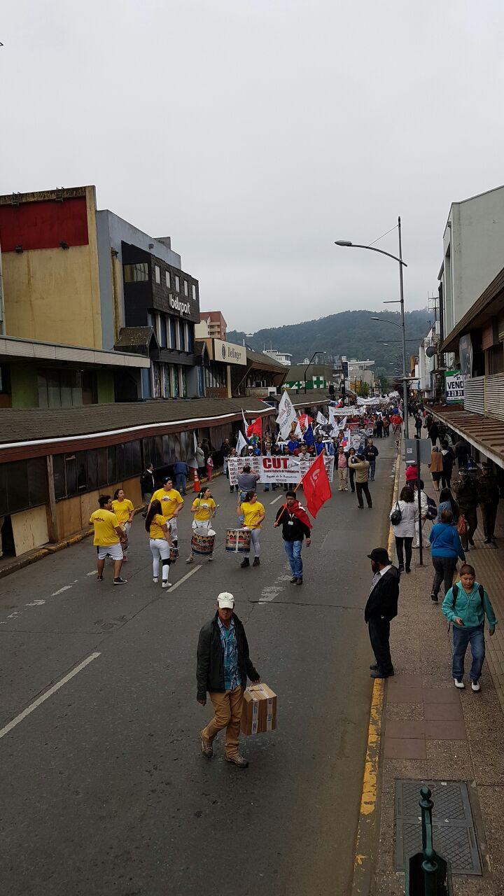 Marcha de funcionarios públicos alcanza las 10 mil personas en Temuco