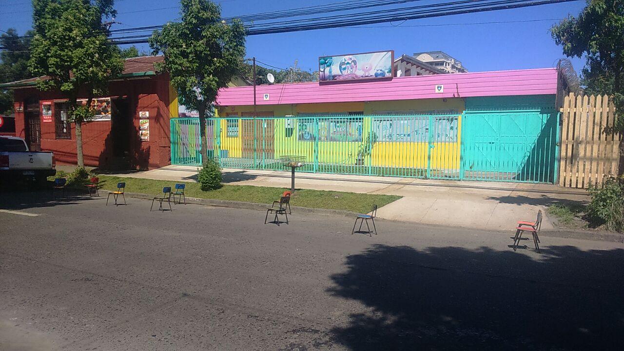Tías de jardín infantil de Los Ángeles 'reservaron' estacionamiento dejando sillas en la calle