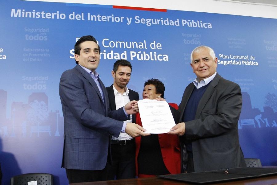 Jaime Pavez (d), en una actividad de 2014, junto al exministro Rodrigo Peñailillo (i) y el exsubsecretario de Prevención del Delito, Antonio Frey (c)
