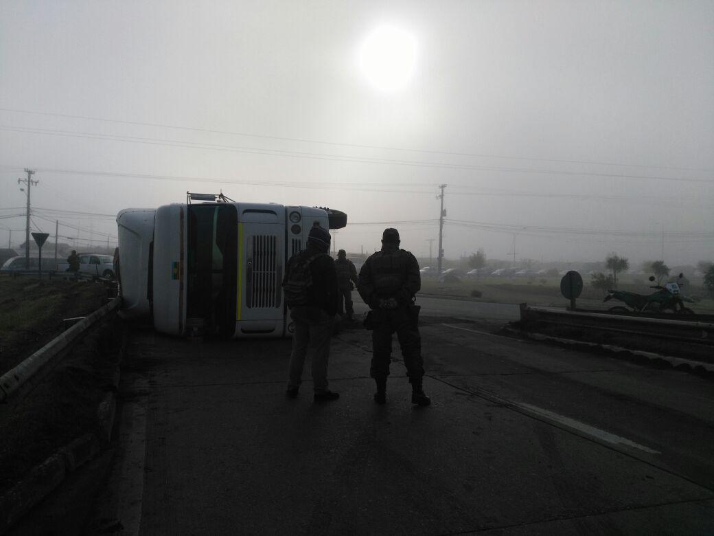 Camión volcado en Rotonda Peñuelas