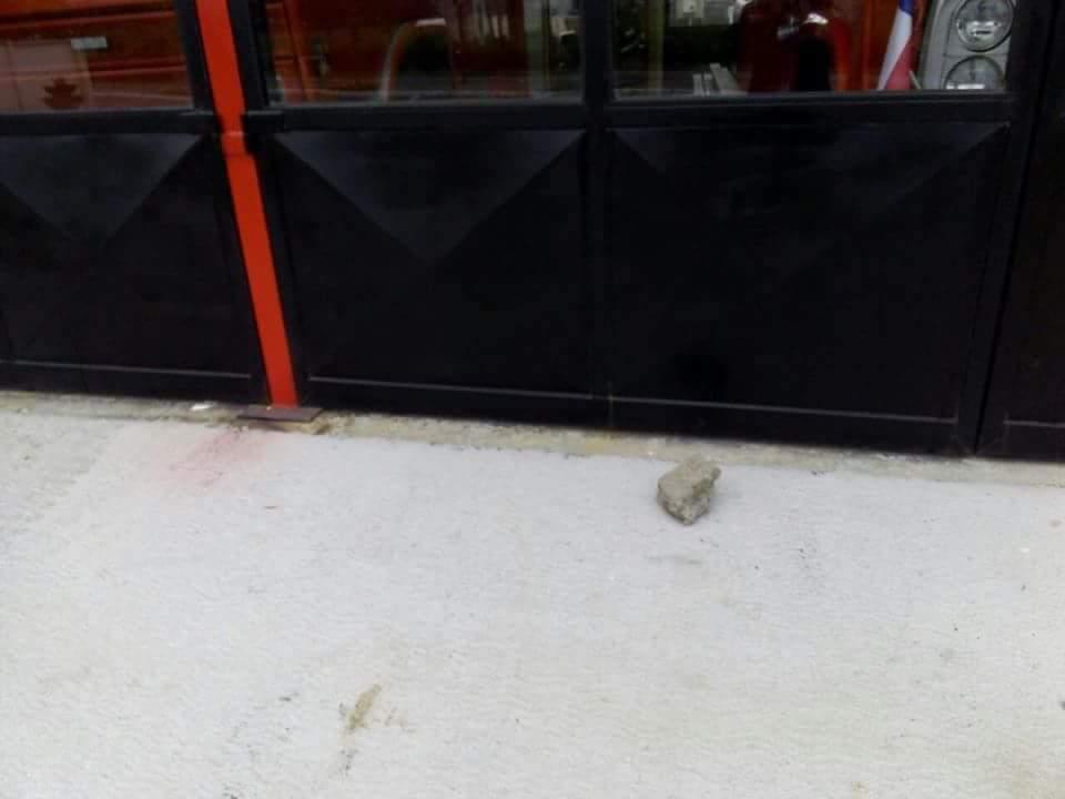 Piedra en las afueras del cuartel