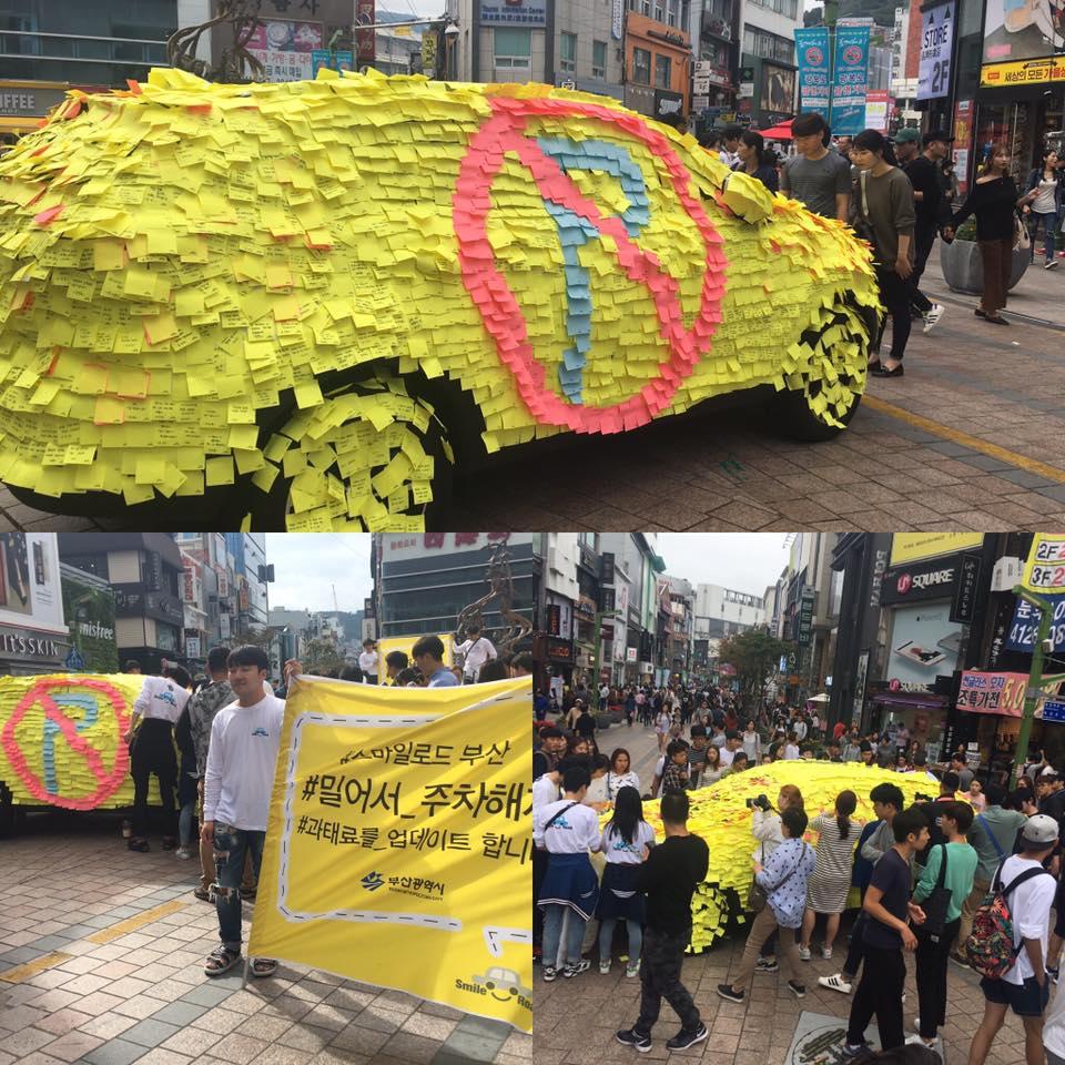 Peatones enojados cubren con post-it auto que se estacionó mal en Corea del Sur