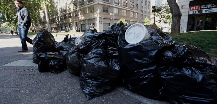 Bolsas de basura acumuladas en el paseo Bulnes, tras la no recolección de los residuos