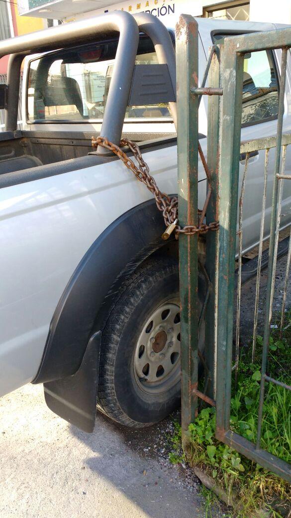 Camioneta encadenada a poste